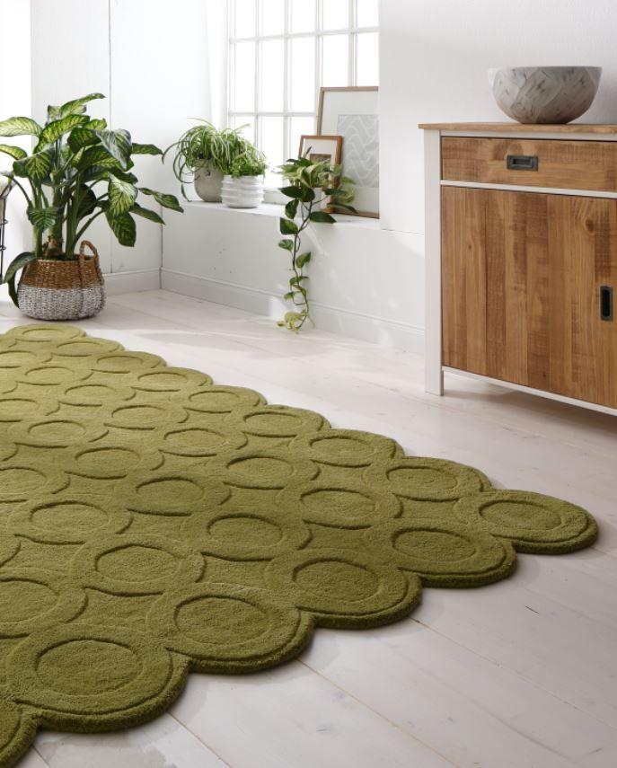Ein Retro-Teppich wie aus dem Bilderbuch: Durch sein pastelliges Grün und das handgetuffte Design erinnert er an die Teppiche der 70er-Jahre – und zaubert dieses Lebensgefühl in deine vier Wände. Dank seiner hochwertigen Verarbeitung ist er außerdem ein echter Fußschmeichler.