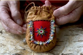Have hand sew one similar pouch of reindeer skin during an art and history excursion with my class at School of Arts and Crafts to Rovaniemi in Finland and its Lapland Crafts Center. Little leather Sami pouch - for the baby :)