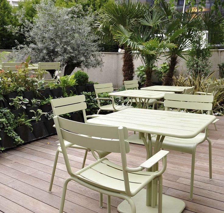 #Terrasse avec table et fauteuils #Luxembourg couleur #vert #Tilleul #Fermob www.fermob.com / #outdoor