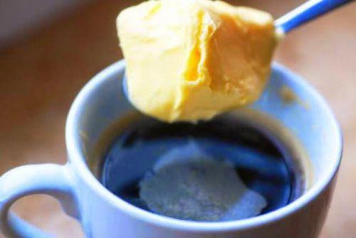 L'homme d'affaires Dave Asprey a présenté sa puissante recette pour le soi-disant café «Bulletproof» avant 2 ans. Cette recette est devenue un succès mondial. Ce type de café a aidé Dave à perdre 40 kg. Sa crémeuse potion de café est en fait conçue pour remplacer un repas.   Ingrédients : -1 à 2 …