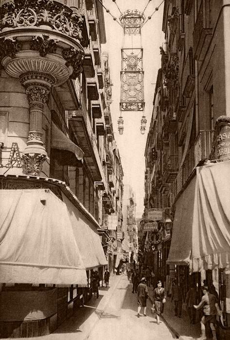 El carrer de la Boqueria, vist des de La Rambla. 1928