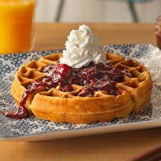 Waffles de Suero de Mantequilla con Salsa de Moras: Deliciosos al desayuno, estos crujientes y sabrosos waffles de suero de mantequilla ('buttermilk') se sirven con salsa dulce de moras (arándanos) y Reddi-wip