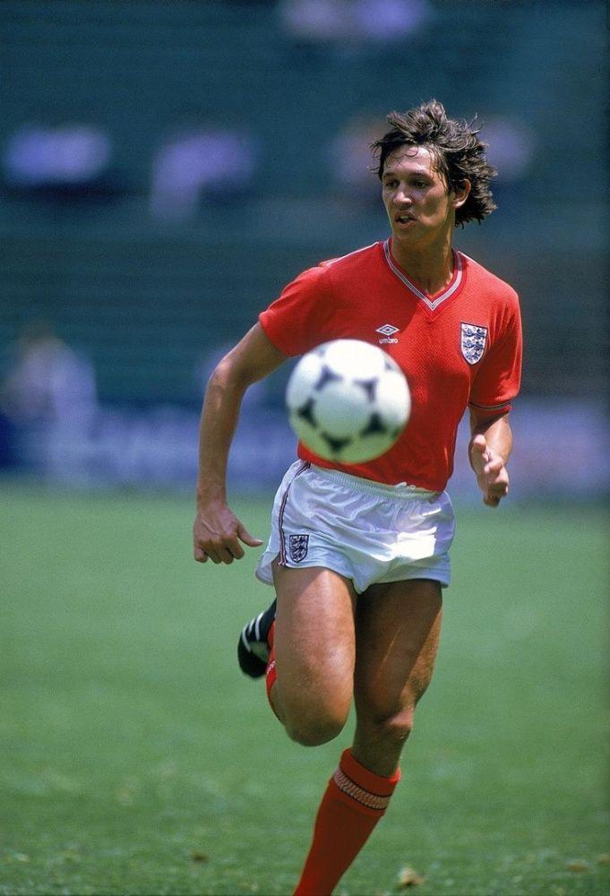Gary Lineker com a belíssima camisa vermelha do English Team.