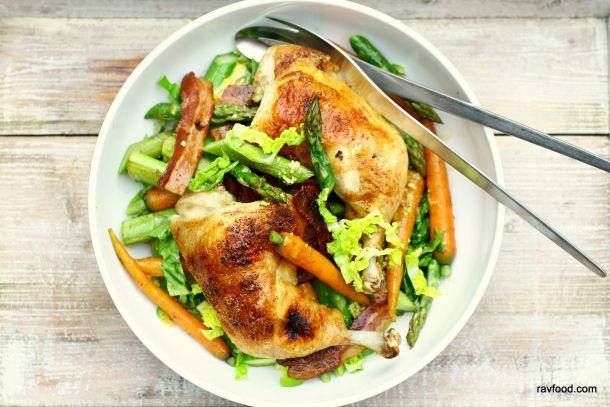 Grillet kylling med bacon, asparges og gulerødder