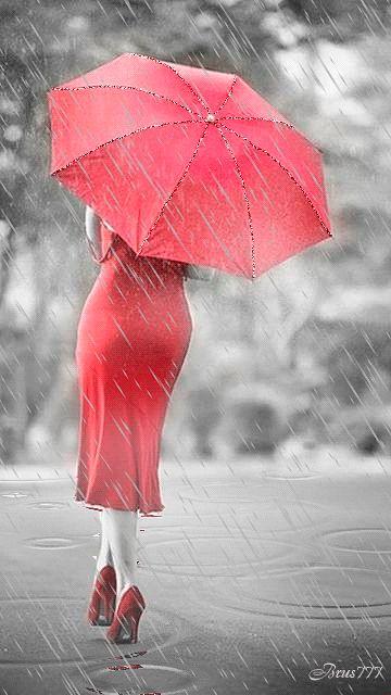 Девушка в красном под зонтом