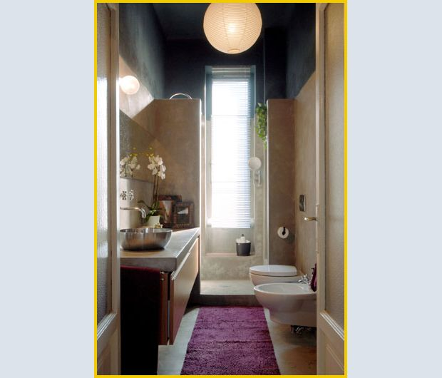 Doccia in fondo di fronte alla finestra  Bagno  Pinterest  Long narrow bathroom, Narrow ...