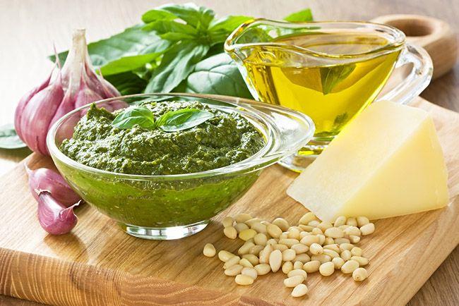 La receta clásica es el pesto de albahaca. Habitualmente se elabora con nueces trituradas de piñones, ajo, albahaca, aceite de oliva y queso parmesano.