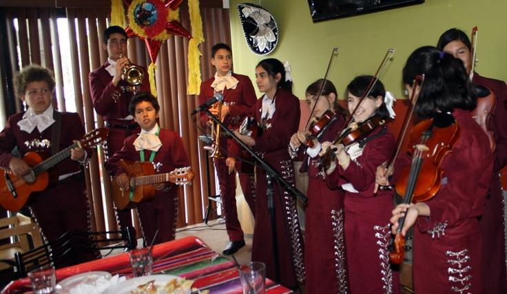 MARIACHI INFANTIL LOS CASTORCITOS Entrevista a Mario Garduño  Los Castorcitos es el primer y único mariachi infantil en Canadá.  Es un mariachi, formado por 10 peques de nueve a quince años, que surge pensando en mantener las tradiciones mexicanas, es especial, la música tradicional. Comenzó hace cuatro años como una clase de música para niños, para posteriormente convertirse en un grupo de mariachi. Lo más curioso es que la mitad de los niños son hijos de papás no latinos.