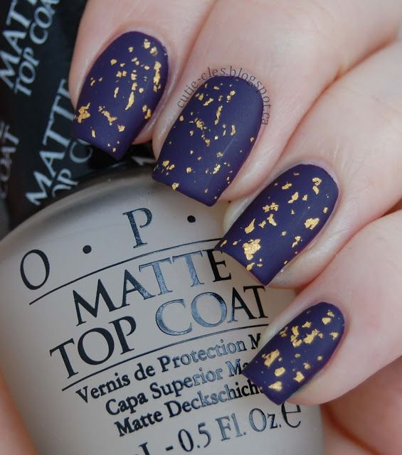 This navy and gold flake mani is so beautiful!