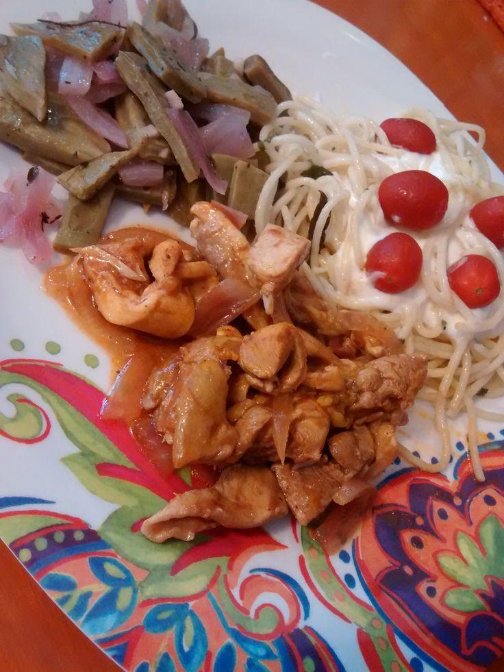 Fajitas de Pollo con Nopales, Ajo Cebolla Morada, Pasta y Jitomate Cherry.