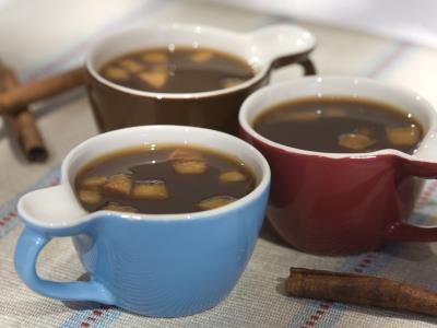 Quentão-NGREDIENTES 2 xícaras (chá) de café 1 colher (sopa) de gengibre ralado casca de meia laranja 1 canela em pau 3 cravos-da-índia 2 cardamomos abertos 1 colher (sopa) de suco limão meia xícara (chá) de açúcar 1 maçã cortada em cubos pequenos PREPARAÇÃO 1Coloque, em uma panela, o café, duas xícaras (chá) de água, o gengibre, a casca de laranja, a canela, os cravos, os cardamomos, o suco de limão e o açúcar. Leve ao fogo e deixe ferver por 5 minutos. Passe pela peneira, reserve o caldo e…