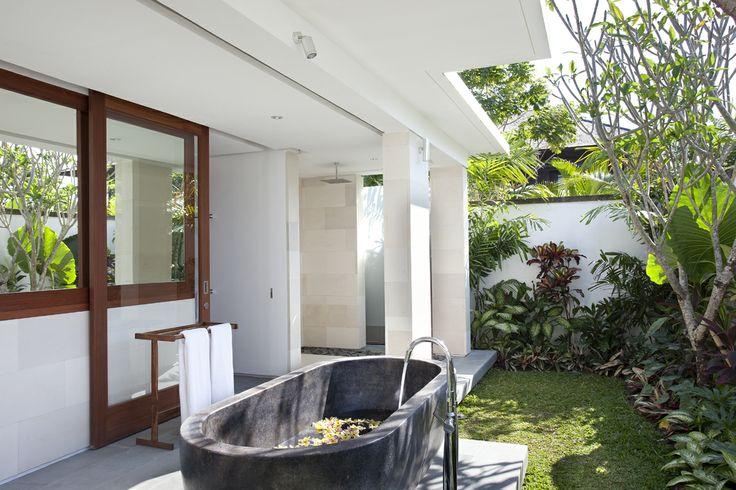 http://prestigebalivillas.com/bali_villas/bendega_nui/23/photo/ Outdoor bathroom Bendega Nui