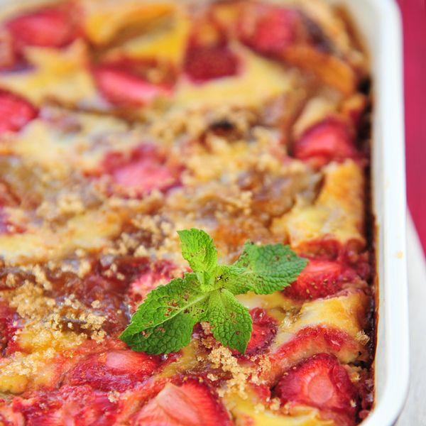 Dégustez un dessert fruité grâce à notre recette de clafoutis aux fraises et à la rhubarbe. Une excellente manière de finir votre repas.