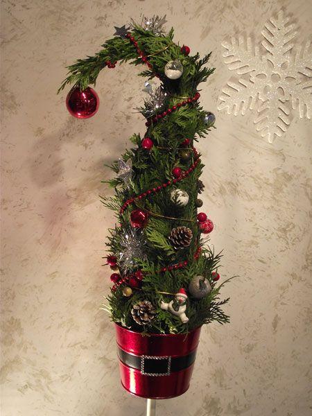 A grincsfa az év legkedveltebb karácsonyi dekorációja. A boltokban 5-10 ezer forint között vásárolható meg, de ezzel a módszerrel akár pár száz forintból készíthetsz egyet házilag!