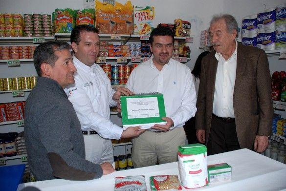 ] CUITZEO, Michoacán * 9 de abril de 2014. Diconsa, la Secretaría de Energía (Sener) y el Fideicomiso para el Ahorro de Energía Eléctrica (Fide), evaluaron el Programa de sustitución de focos incandescentes por lámparas ahorradoras el cual registra un avance del 74 por ciento del canje gratuito realizado a tiendas comunitarias de la paraestatal.