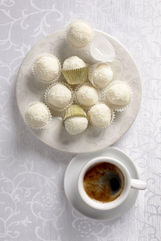 Ingredience: mléko zahuštěné sladké 1 plechovka (Salko), kokos 200 gramů (strouhaný), mandle 1 balíček (celé, loupané), kokos (strouhaný, na obalení).