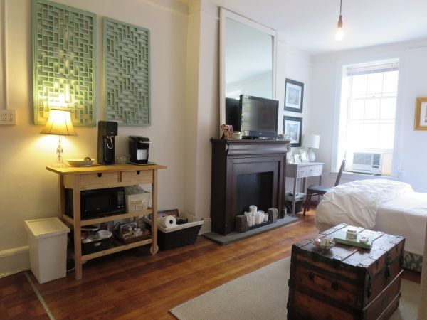 1414 best images about nyc small apartments on pinterest for Bachelorette apartment