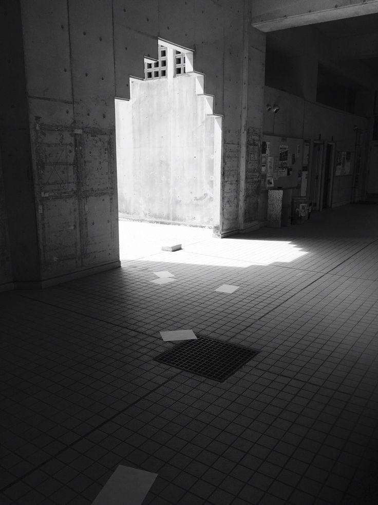 """Thousands of paper and light""/photography/  1000枚の紙と、場の関係について。紙束を様々な場所に設置・取材しました。また、紙の視覚的情報を遮断し、聴覚的情報のみを抽出した音源を作成しました。"
