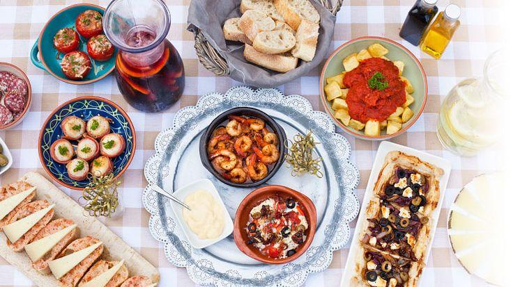 tapas met garnalen, vis, coquilles, patatas brava, gevulde tomaten, taart met rode ui en brood met manchego