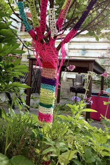 Yarnbombing på et af havens små træer ved terrassen. Fotograf: Susanne Randers