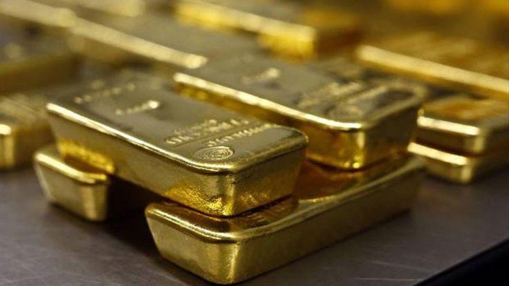 Los precios mundiales del oro últimamente han registrado bajadas récord, al caer a mínimos de varios años. Algunos países, entre ellos Colombia y Turquía, están vendiendo sus reservas de oro, cuyo valor está cerca de marcar los 1.000 dólares por onza troy. Al mismo tiempo, Rusia está aumentando sus reservas, y los expertos dicen que este metal precioso muy pronto mostrará su verdadera fuerza.
