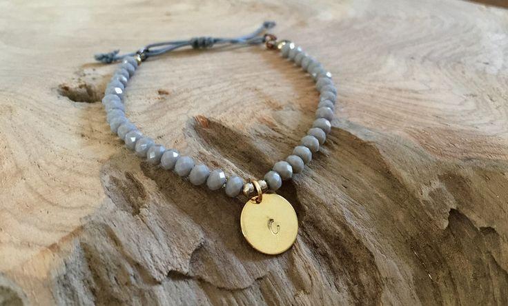 Namensarmbänder - Perlen Armband grau mit Plättchen gold - ein Designerstück von saniLou bei DaWanda