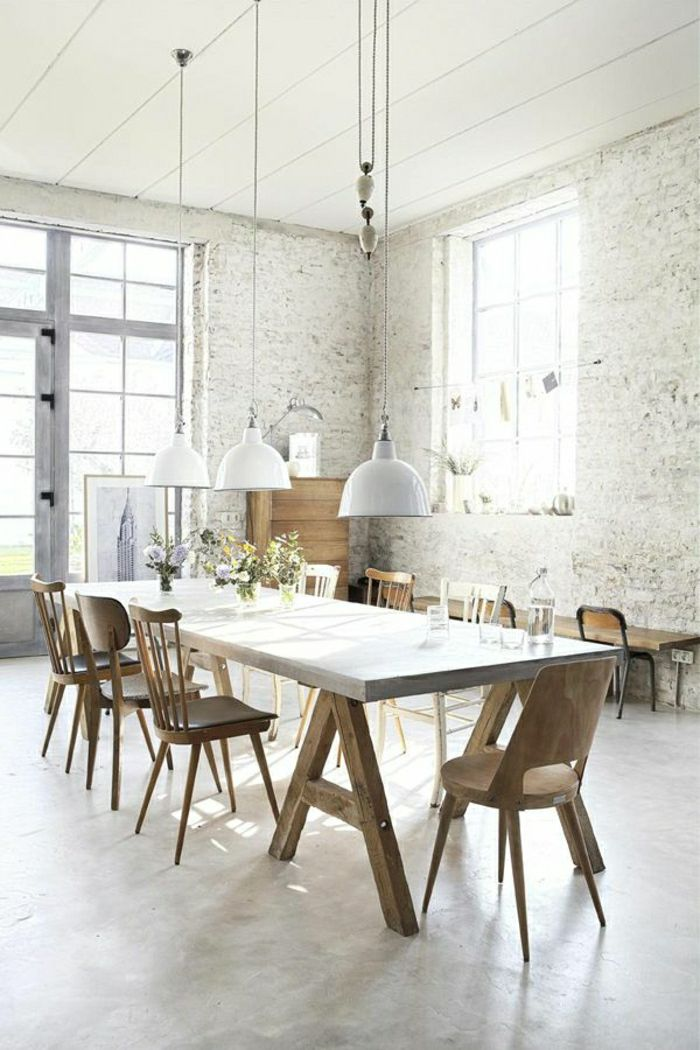 plafond haut blanc en bois, mur de briques blancs, lustre, chambre vaste, fenetre grande