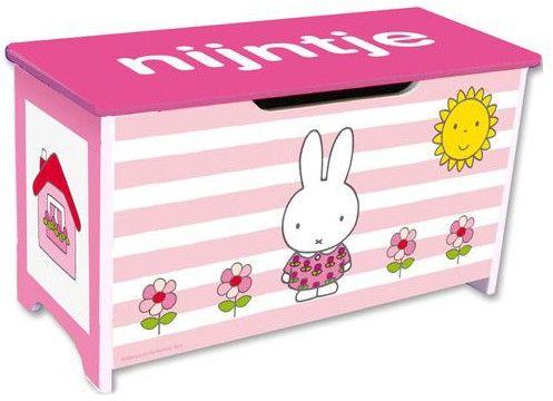 Met deze houten Nijntje speelgoedkist zal het speelgoed van je kindje niet langer meer in huis rondslingeren. De roze gestreepte kist staat leuk in de kinderkamer en is voorzien van mooie Nijntje afbeeldingen. Doordat de speelgoedkist laag is, kan uw kind het speelgoed gemakkelijk zelf opruimen. Afmeting: 60 x 32 x 26 cm   Afmeting: volgt later.. - Speelgoedkist Nijntje roze
