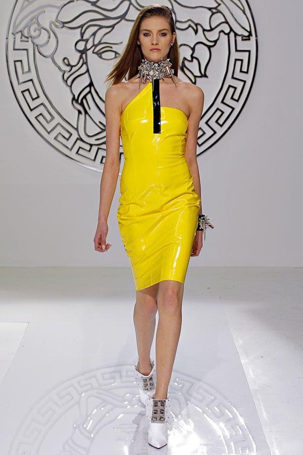 Azul, rojo y amarillo: Las claves de un look en tendencia Look de Versace otoño-invierno 2013