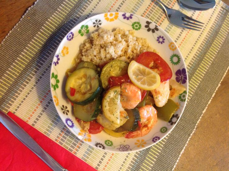 Vistajine. Uitje fruiten en daarna verschillende groente o.a. Courgette, paprika, pepertje en knoflook stapelen. Erover heen een mengsel van tajinekruiden, olie en citroensap schenken. Twintig minuten stoven ( niet roeren). Dan visstukken erop leggen eventueel met grote garnalen en bedekken met tomaten en weer wat tajinekruiden met citroensap. Nog ca een kwartiertje laten stoven. Opdienen met bulgur of couscous, ingemaakte citroen en marokkaans brood. Smullen maar!