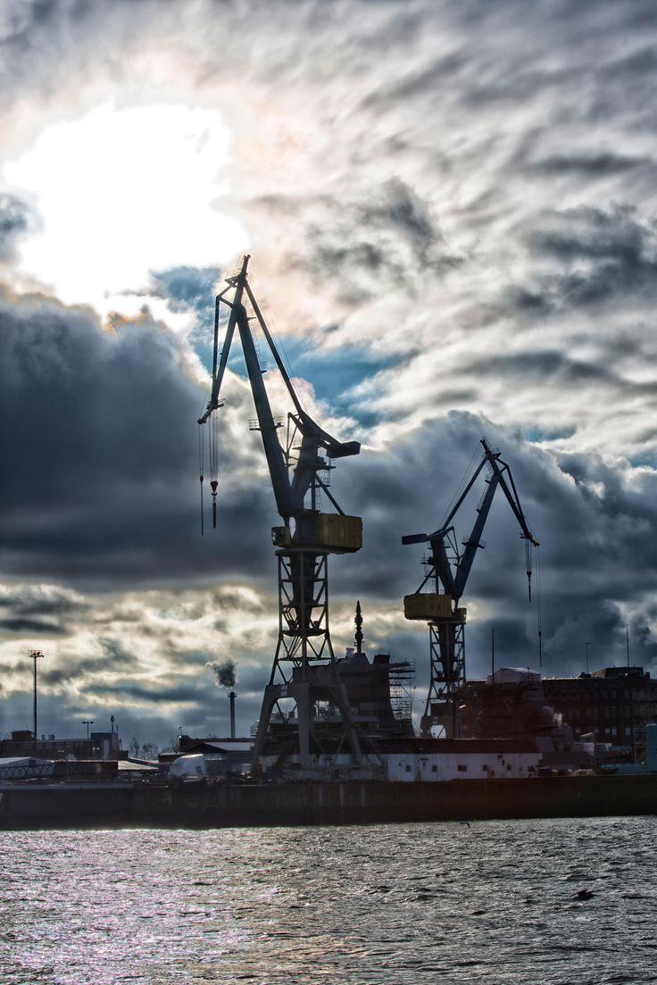 Kräne mit dunklen Wolken im Hamburger Hafen | Bildschönes Hamburg