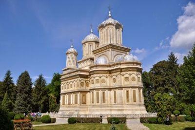 Mănăstirea Argeșului - pe Argeș în jos, pe un mal frumos... http://www.antenasatelor.ro/turism/5869-manastirea-arge%C8%99ului-pe-arge%C8%99-in-jos,-pe-un-mal-frumos.html