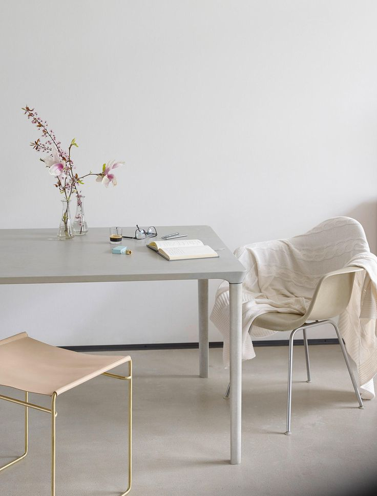Beim Concrete Table spielt die österreichische Designerin Nina Mair mit der landläufigen Meinung, wie ein Betontisch auszusehen hat. Die elegante Tafel..