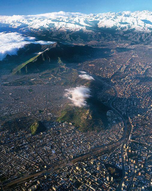 Santiago desde arriba. La cordillera de los Andes se puede ver en la distancia.