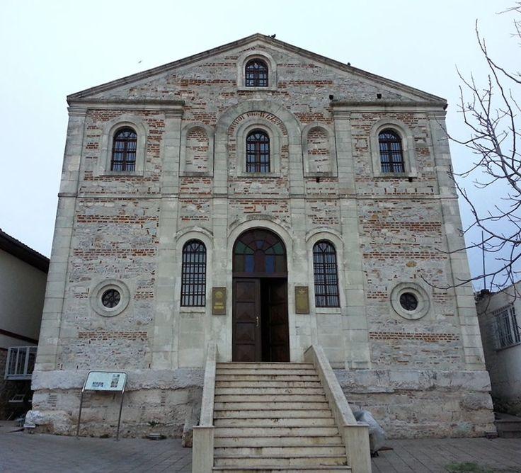 Aziz Panteleiman kilisesi/Gölyazı/Nilüfer/Bursa/// Dikdörtgen planlı yapının duvarları tuğla ve moloz taşları ile almaşık teknikle örülmüştür. Dış cephedeki duvar payeleri ile pencere çerçeveleri ve saçak altı silmesinde kesme taş kullanılmıştır.