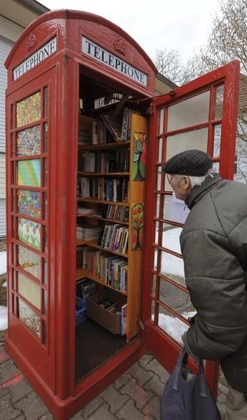 Cabine de telefone é transformada em espaço para troca de livros usados em Michendorf, Alemanha. O local inusitado reúne mais de 250 exemplares - http://revistaepoca.globo.com//Sociedade/fotos/2013/04/fotos-do-dia-3-de-abril-de-2013.html (Foto: EFE/Bernd Settnik)