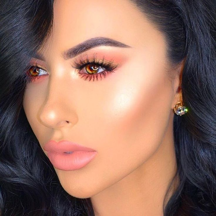 Peach tones and glowing skin with Amrezy. #makeup #mua #amrezy #glamrezy #highlight #contour #glowing #pinklips #amraolevic #contouring #browsonpoint