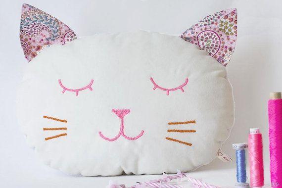 Coussin Chat en velours de coton blanc tissu par LauraJaneParis
