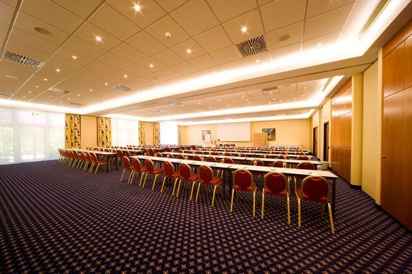 Eines der Konferenz- & Seminarräume / One of the conference and seminar rooms | RAMADA Hotel Leipzig