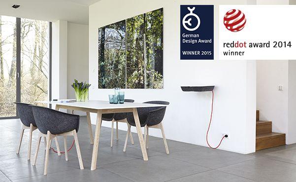 Designerski i funkcjonalny stół Pad Table. Dzięki ukrytej stacji ładowania, bez problemu możemy schować urządzenia multimedialne.