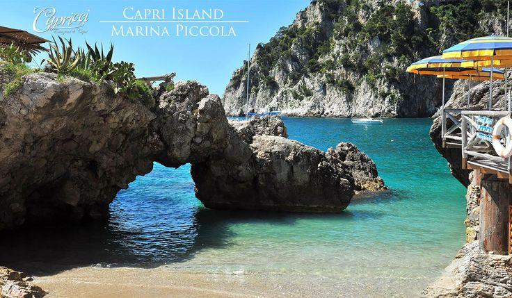 La Marina Piccola è la spiaggia che si trova nella parte Sud dell'isola di #Capri e che si affaccia direttamente sui #Faraglioni. Qui c'è lo Scoglio delle Sirene, chiamato così perché leggenda vuole che lì giacessero le sirene che incantarono Ulisse durante il suo viaggio verso Itaca. Queste rocce dividono la baia di Marina Piccola in due piccole spiagge: Marina di Mulo e Marina di Pennauro, utilizzate dagli antichi romani come piccolo porto. Lo Scoglio delle Sirene è uno dei maggiori…
