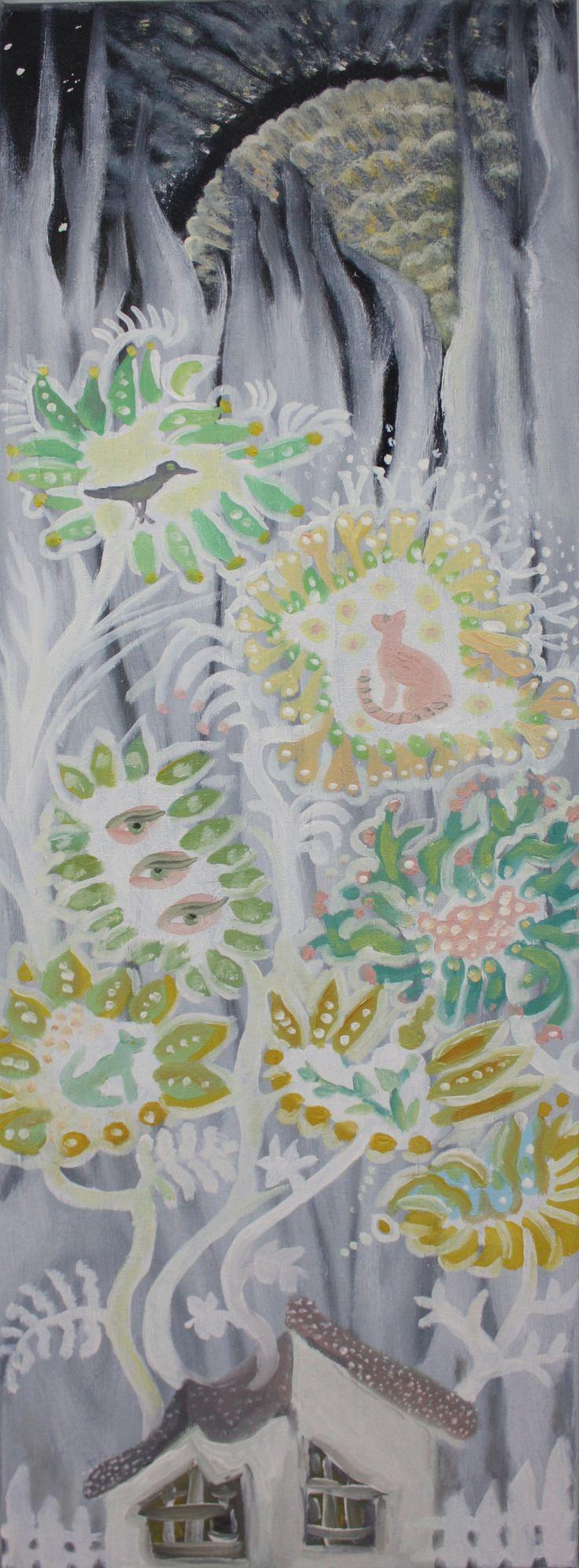 Obraz olejny Dzikie kwiaty, pionowy, z szarym tłem i nieforemnymi polnymi kwiatami o zróżnicowanym wyglądzie.  Kwiaty pastelowe w barwie, wybujałe, wysmukłe, wyrastające zza szarego domku.   Wymiary: 60 x 20 cm.   Na lewym boku obraz opisany imieniem, nazwiskiem i tytułem.  Z przodu brak sygnatury, zdawało mi się, że na tak wąskim formacie byłaby zbyt krzycząca.  Boki zamalowane na szaro.