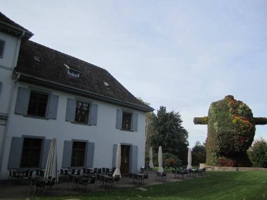 美術館敷地内にあるレストラン「ベローヴァー・パーク」(Berower Park)。右手には巨大な植物のオブジェ「スプリット・ロッカー」(Split-Rocker)アメリカの現代美術家・ジェフ・クーンズ(Jeff Koons)作。2012年10月末までの展示。