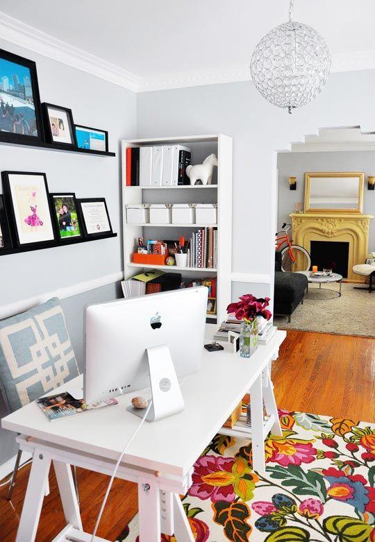 Mesa confortável, cadeira gostosa, uma estante e algumas prateleiras. É o que basta para um homeoffice completinho!