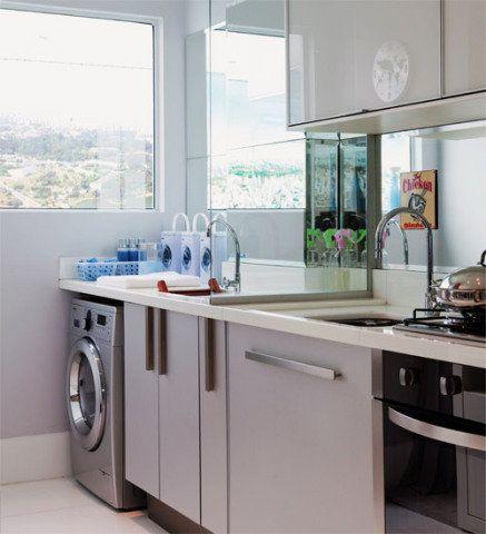 Projetos tiram o melhor proveito de lavanderias compactas, com armários sob medida e equipamentos modernos.