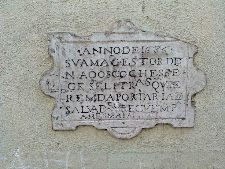 É nas ruelas de Alfama que se encontra aquele que é considerado o sinal de trânsito mais antigo do mundo, mandado colocar por ordem do rei D. Pedro II.