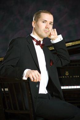 Pianist Henrik Nissinen starts his third season in SFE.  http://www.stopover.fi/blog/pianist-henrik-nissinen/  Pianisti Henrik Nissinen aloittaa kolmannen kautensa SFE:ssä.  @StopOverFI @VisitHelsinki @OurFinland @finland @DiscoverFinland @KämpHotel @Kansallissali  #StopoOverFi #Helsinki #VisitHelsinki #Kansallissali #Sibelius #Finland #Experience