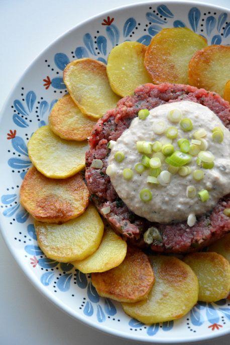 Tartaar americain met tonijnsaus en gebakken aardappelen voor 10 SmartPoints per portie bij Weight Watchers.