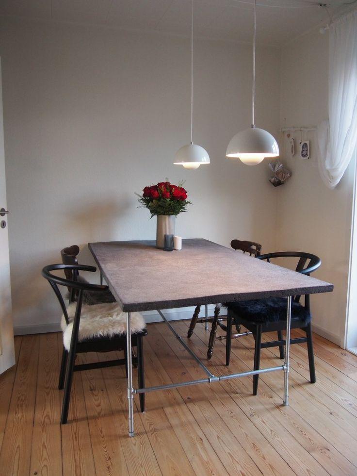 Spisebord af beton med vandrør som ben.