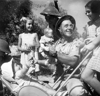 Troops play with small children near Solarino siracusa 13 July 1943_sicilia word war